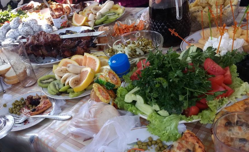 Название: Праздничный стол - шашлыки и овощи.jpg Просмотров: 32  Размер: 234.7 Кб