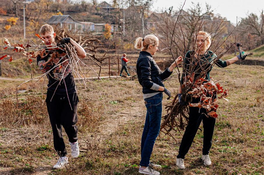 Название: Девушки и саженцы деревьев.jpg Просмотров: 3  Размер: 301.4 Кб