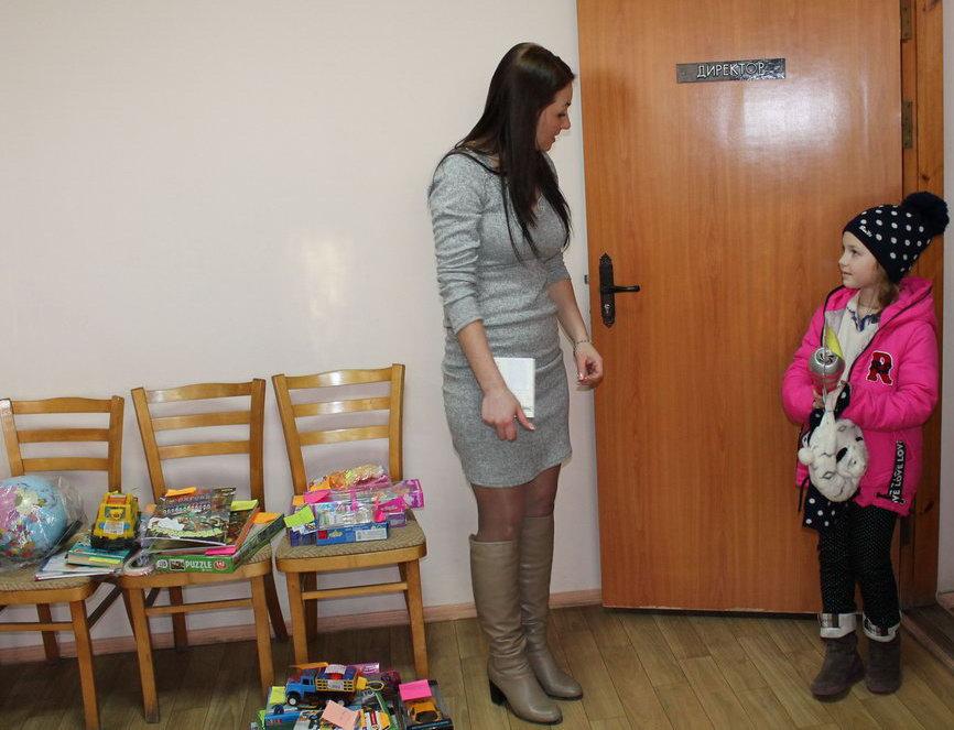 Название: Директор вручает подарок девочке.JPG Просмотров: 95  Размер: 113.6 Кб