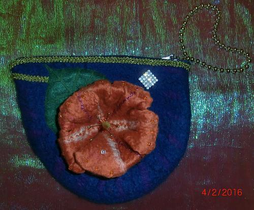 Нажмите на изображение для увеличения Название: Сумочка-браслет с цветком кампсиса.jpg Просмотров: 158 Размер:101.2 Кб ID:1113
