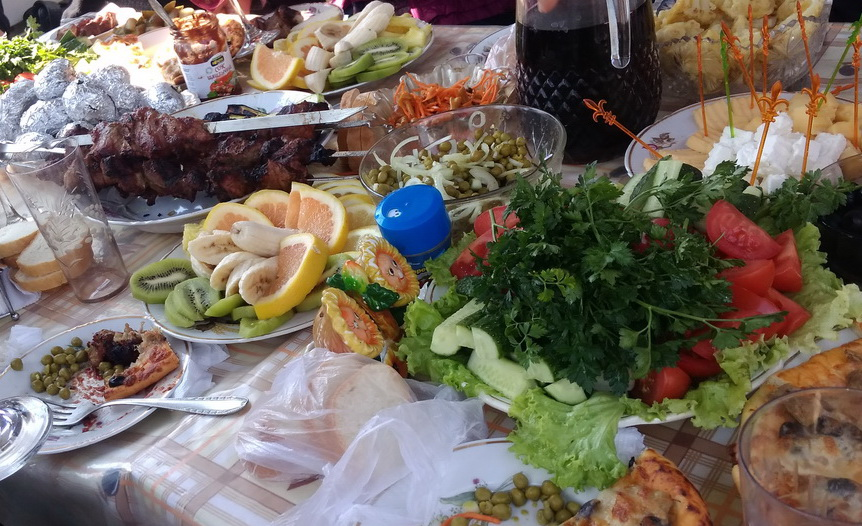 Название: Праздничный стол - шашлыки и овощи.jpg Просмотров: 29  Размер: 234.7 Кб